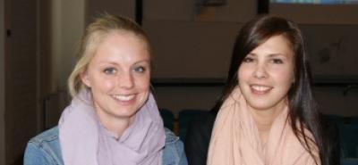 Sygeplejerstudentene Sarah Svendsen (th) og Sabrina Søndergaard ser mange udfordringer i mødet med den digitale patient.