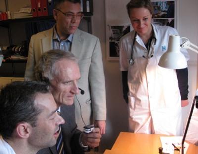 Indenrigs- og sundhedsminister Bertel Haarder prøver at gå virtuel stuegang. Klemmen, han holder i hånden, bruger patienterne til at måle, hvor meget deres blod ilter.