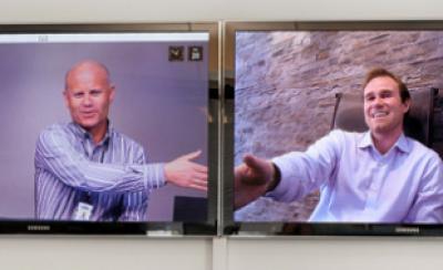 CEO fra Viju, Kurt S. Helland og CEO fra Seevia, Jørn Mikalsen hilser i hånden over skærmen